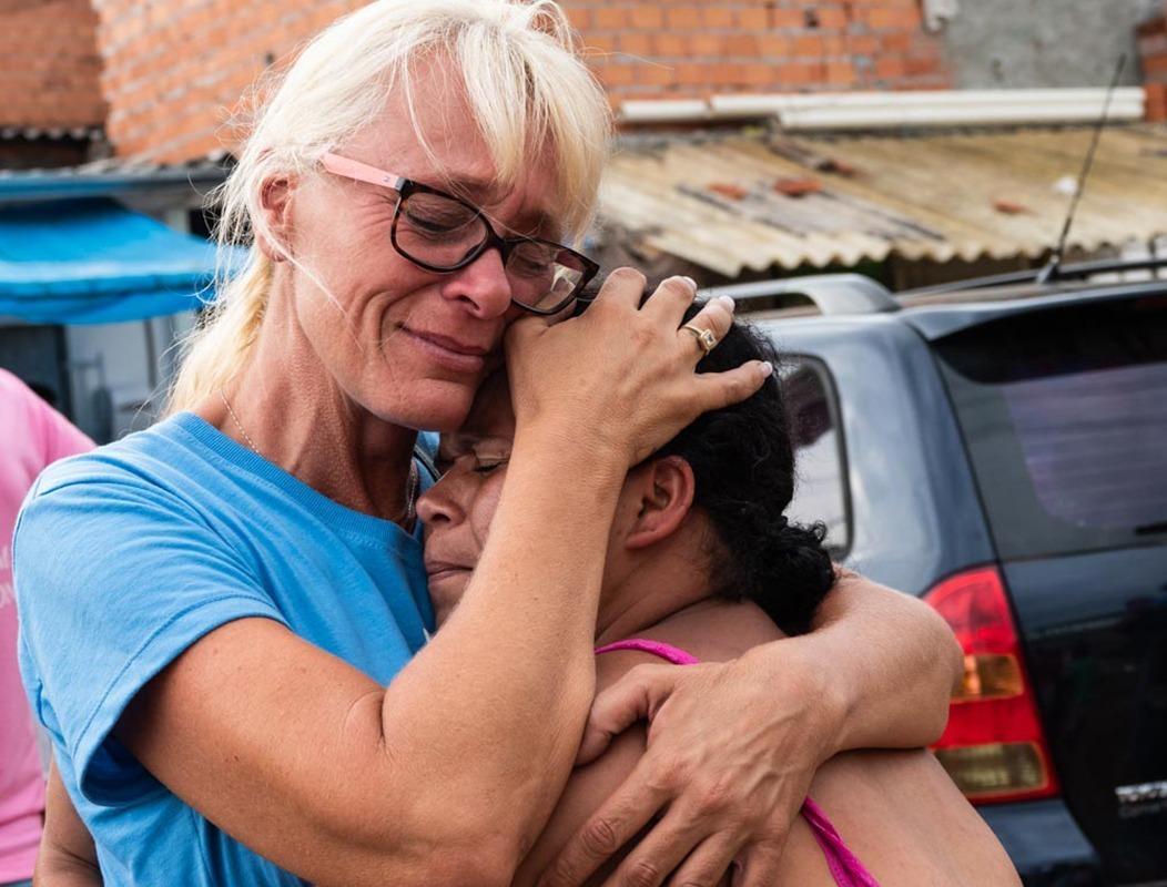 Brenda in gebed voor een Braziliaanse vrouw